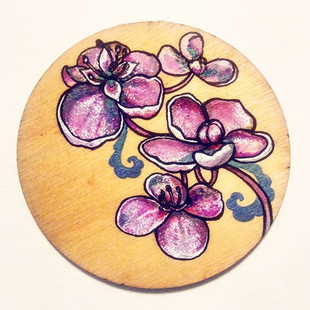 Got a tiny painting done over the last hours of this long weekend!  Thank you @filmfrau for photo reference!  #floral #painting #paintonwood #lasercut #instagood #artistsoninstagram #artist #illustration #ilustradoreslatinoamericanos #ilustraciones #flores #madera #linework #pintor #pintora #arreglosflorales #illustratorsofinstagram #womenillustrators #flowergram #flowerart #blooms