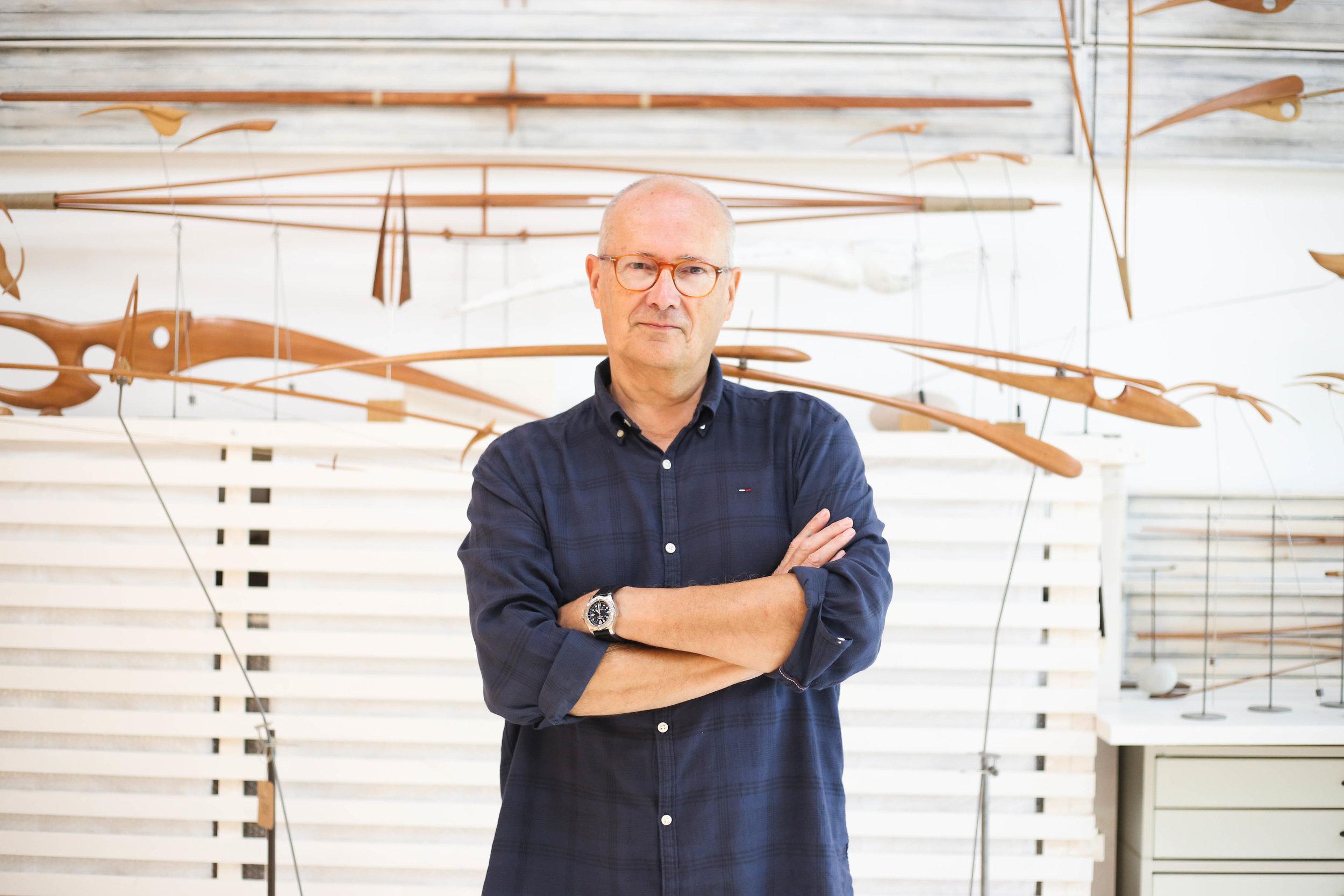 El escultor Antoni Yranzo con una pieza perteneciente a la colección móviles