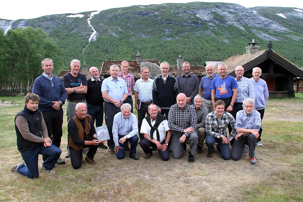 50 år er gått siden Ottadalsområdet ble reetablert som villreinområde. Søndag ble den nye jubileumsboka presentert i praktfulle omgivelser på Sota Sæter i Skjåk. Første rekke fra venstre: Runar Hole (arkeolog),  Per Jordhøy (NINA, redaktør og hovedforfatter),  Eigil Reimers (professor i biologi, UIO),  Vidar Holthe (Utmarkskonsulent, Norges Skogeierforbund),  Knut Granum (sekretær villreinutvalget),  Bjørn Dalen (nasjonalparkforvalter Breheimen),  Jo Trygve Lyngved (almenningsbestyrer Skjåk Almenning) og  Esben Bø (SNO).  Andre rekke fra venstre:  Arne Granlund (politioverbetjent Lesja-Dovre),  Per Dagsgard (sektorleder Skjåk kommune, fangstminneregistrator),  Rolf Sørumgård (tidl. Viltforskningen Ås, ressursperson for bokkomitèen),  Stig Aaboen (pensjonert almenningsbestyrer, leder av villreinutvalget og bokkomitèen),  Johan Berge (leder av villreinnemda),  Einar Fortun (pensjonert fjelloppsynsmann i Luster),  Astor Furseth (pensjonert tannlege, bokforfatter og fangstminneregistrator),  Øyvind Angard (SNO),  Oddvar Romundset (språkvasker i boka),  Knut Øyjordet (fjellopsynsmann Vågå),  Mathias Øvsteng (pensjonert lærer, radiomann, kåsør, jeger og skribent) og  Bjarne Fossøy (Snøhetta Forlag). Foto: Arne Nyaas