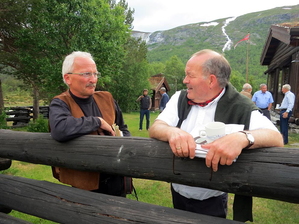 Per Jordhøy (til venstre) og Vidar Holthe i hyggelig samtale. De hadde mye å prate om! Foto: A. Nyaas