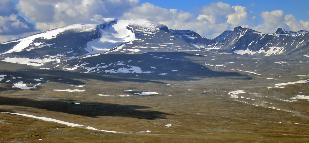 Snøhetta (2286 m.o.h.) og Svånåtindan (2209 m.oh.) sett nordfra.