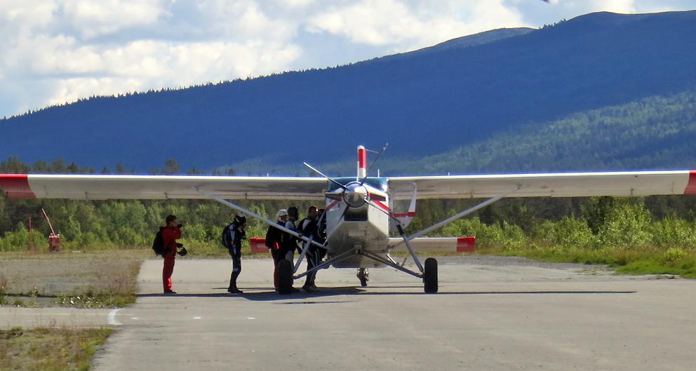 Mellomlanding og tanking på Oppdal, hvor fallskjermhoppere fra NTNU Trondheim var i aktivitet. Hopp fra 15 000 fot.