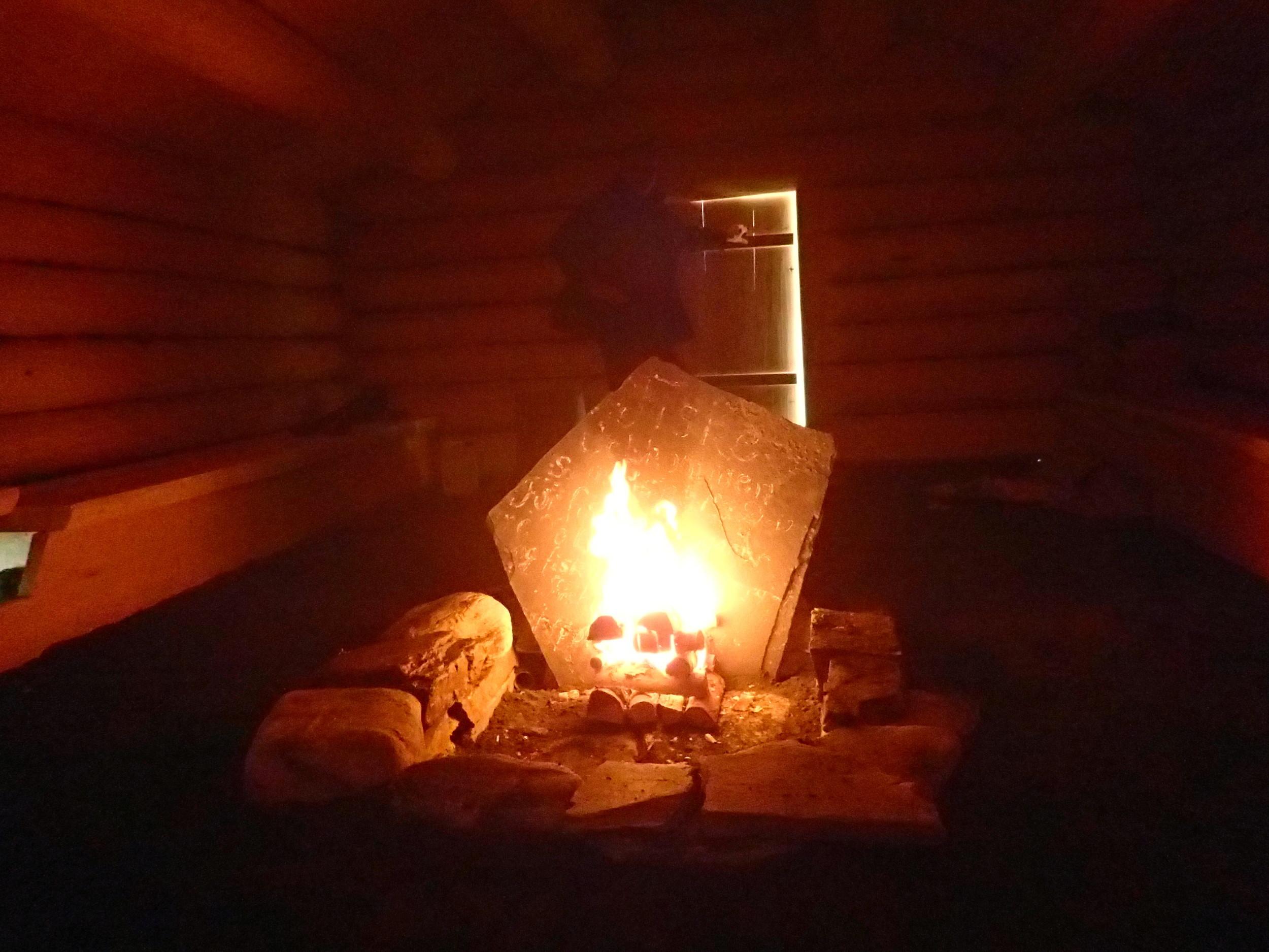 Fyring i ildstedet i sælehuset