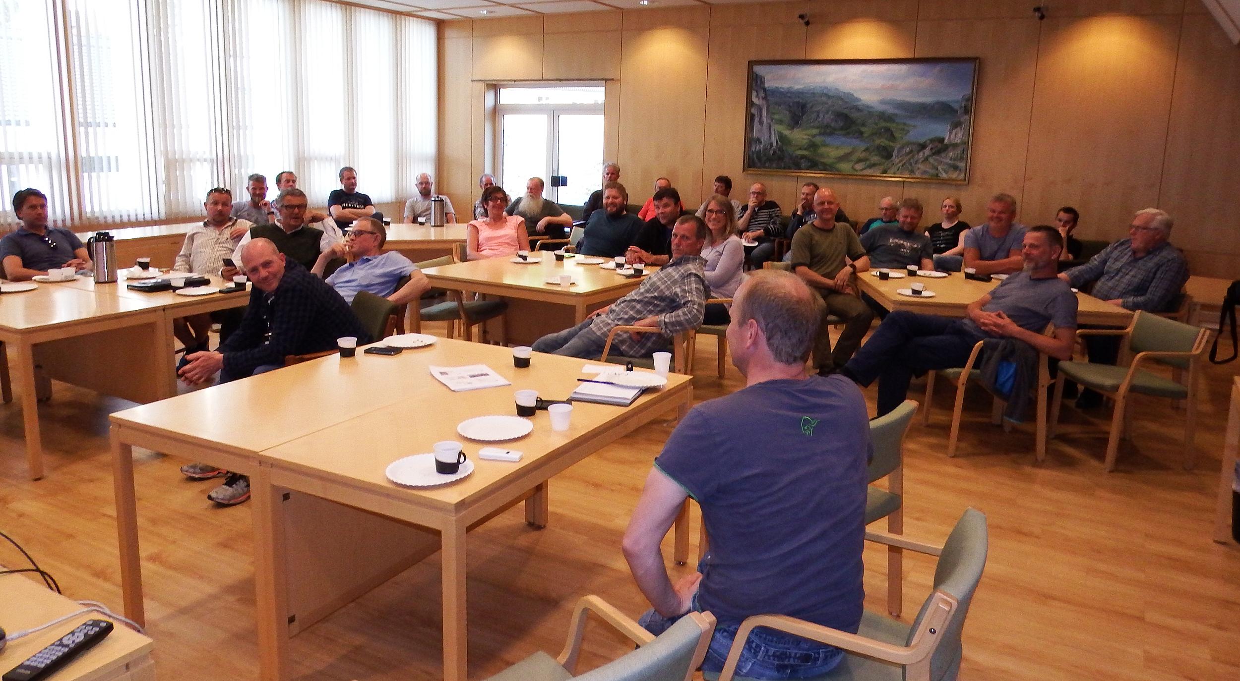 En engasjert forsamling på det lokale villreinmøtet i Hjelmeland. Foto: Tor Punsvik