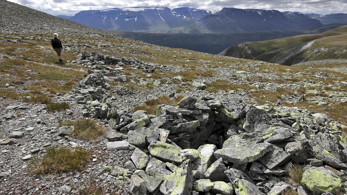 To av dei mest synlege dyregravene på Kruk, me ser over mot Hemsedalsfjella med Ranastongi (t.v.) og Rankonosi som dei mest markante. Me ser òg litt av Smådalsfjellet på framsida av Rankonosi. Til høgre i biletet nært ser me litt av den bratte nedgangen til Svørsbotn. Foto: Kjell Bitustøyl