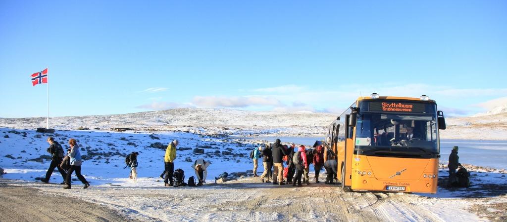 Skyttelbussen tar på passasjerer ved Snøheim. Foto: Vegard Gundersen, NINA.