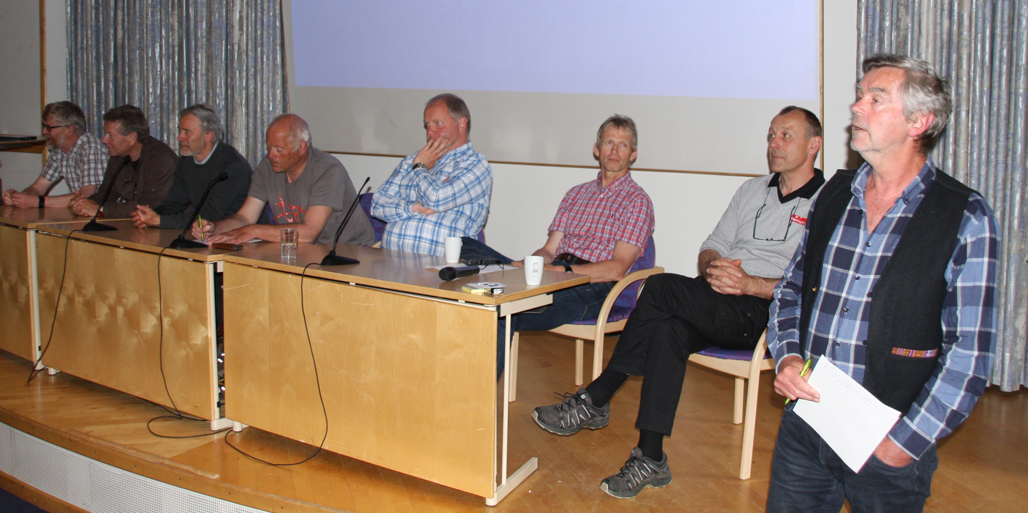 De fleste av innlederne ble i den avsluttende seansen på fagdagen utfordret til å se inn i krystallkula og dele sine tanker om hvordan villrein-Norge ser ut om 20 år. Fra venstre LARS NESSE, Leder i Villreinnemnda for Nordfjella og Fjellheimen og sauebonde i Lærdal, JAN OLAV SOLSTAD, Kommunestyrerepresentant og leder i fjellstyret, OLAV STRAND, NINA, VEMUND JAREN, Miljødirektoratet, BJØRNAR YTREHUS, forsker NINA og medlem av VKM, ERIK LUND, Miljødirektoratet, HARALD ØVERBY, Mattilsynet og ordstyrer/provokaTOR PUNSVIK, viltforvalter hos Fylkesmannen i Vest-Agder.
