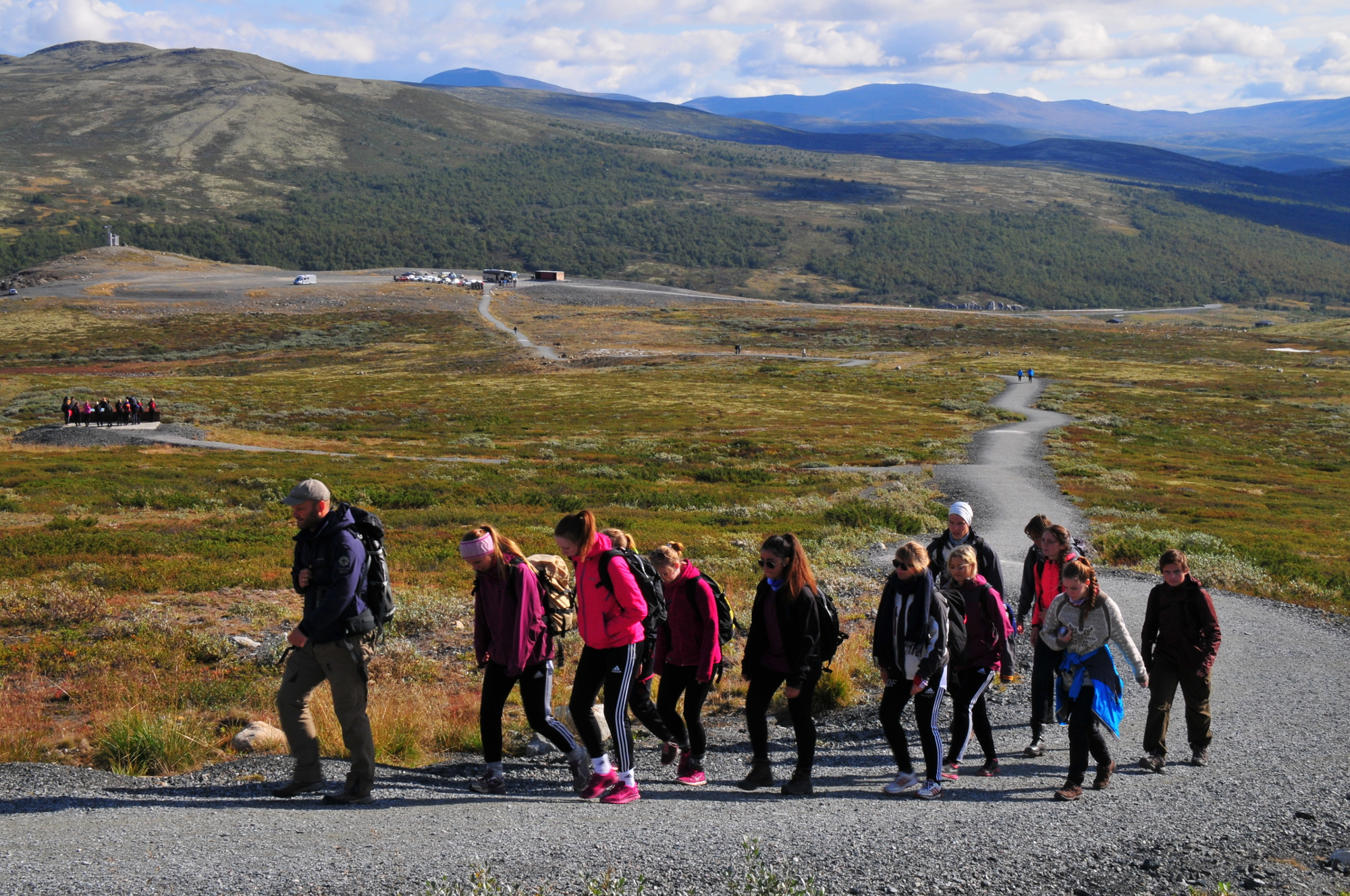 Ei skoleklasse går i følge med naturveiler opp til viewpoint SNØHETTA. Foto: Erik Ydse, SNO.