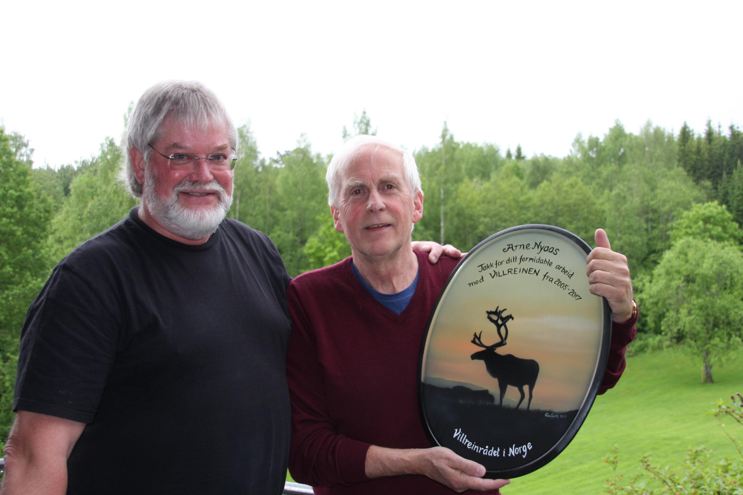 Leder for Villreinrådet i Norge,Øystein Landsgård (t.v),takker Arne Nyaas for hans mangeårig innsats som redaktør for Villreinen.