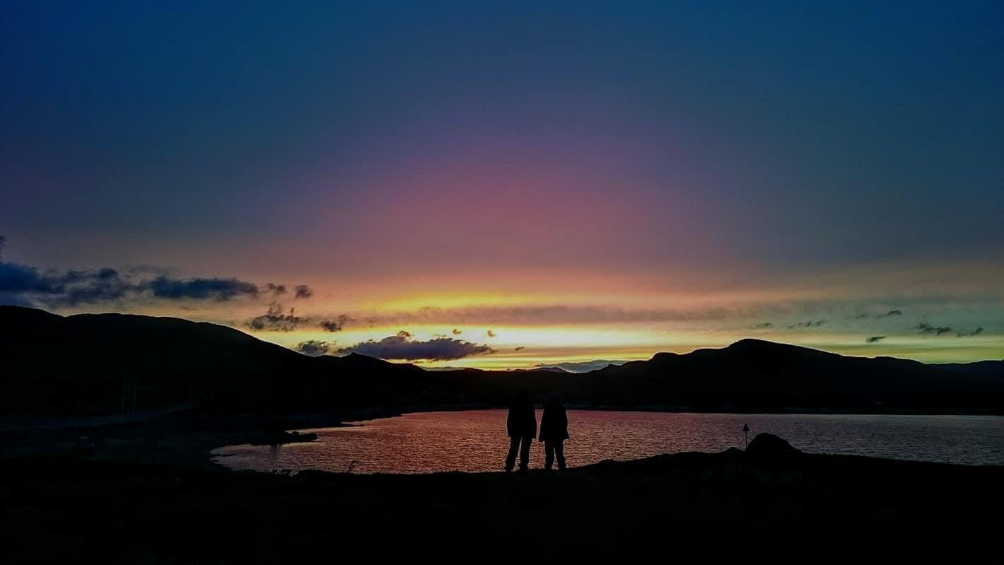 Laureen Wakera Mbogoh og Mumbi Wanyoike Mork Dalen nyter solnedgangen ved Graveide (basecampen). Foto: Ane Guro Moen