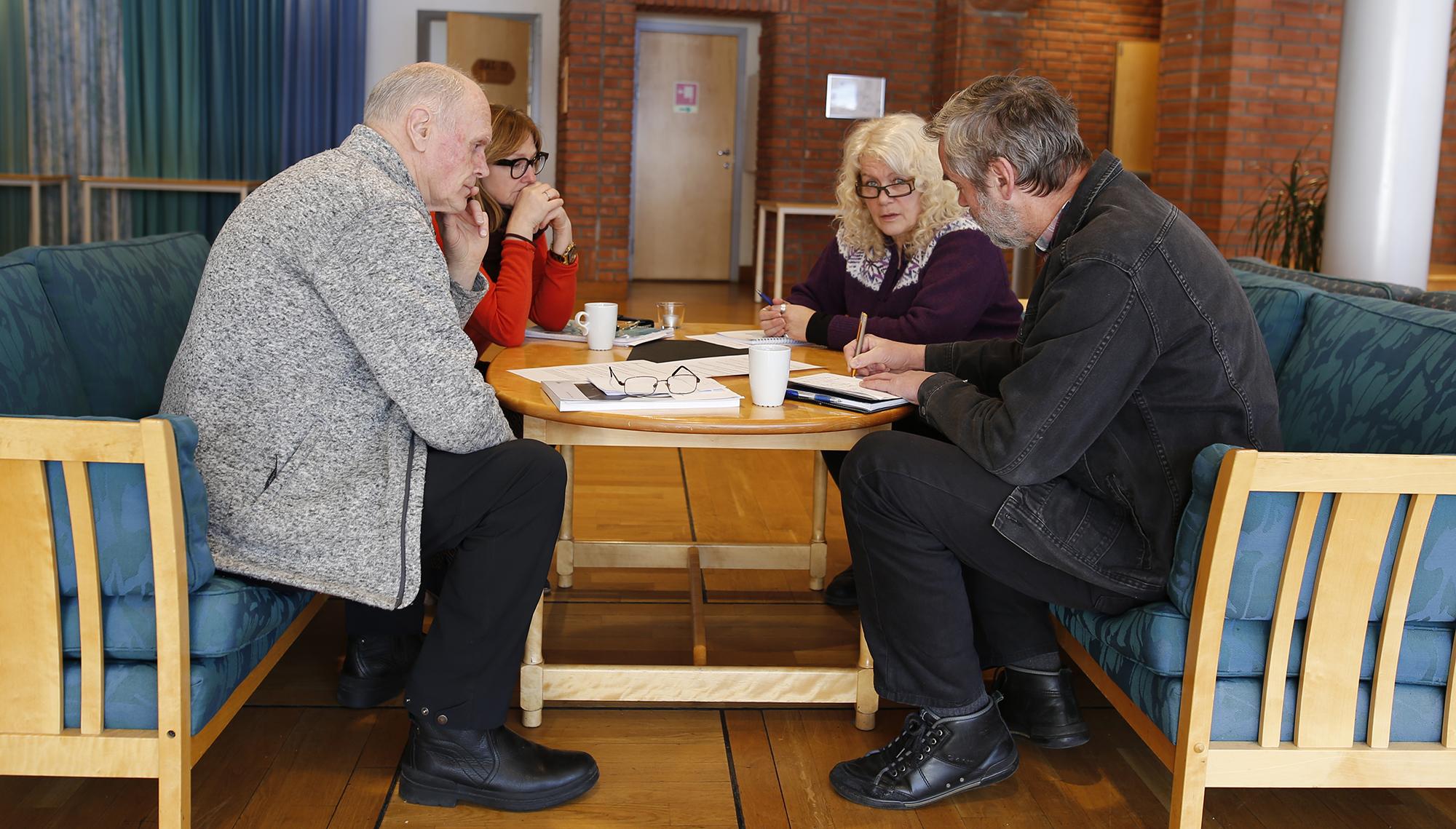 Per Aksel Knudsen, Torill Olsson, Kristin Prestvold og Tor Punsvik i ivrig diskusjon under gruppearbeidet. Foto: Anders Mossing