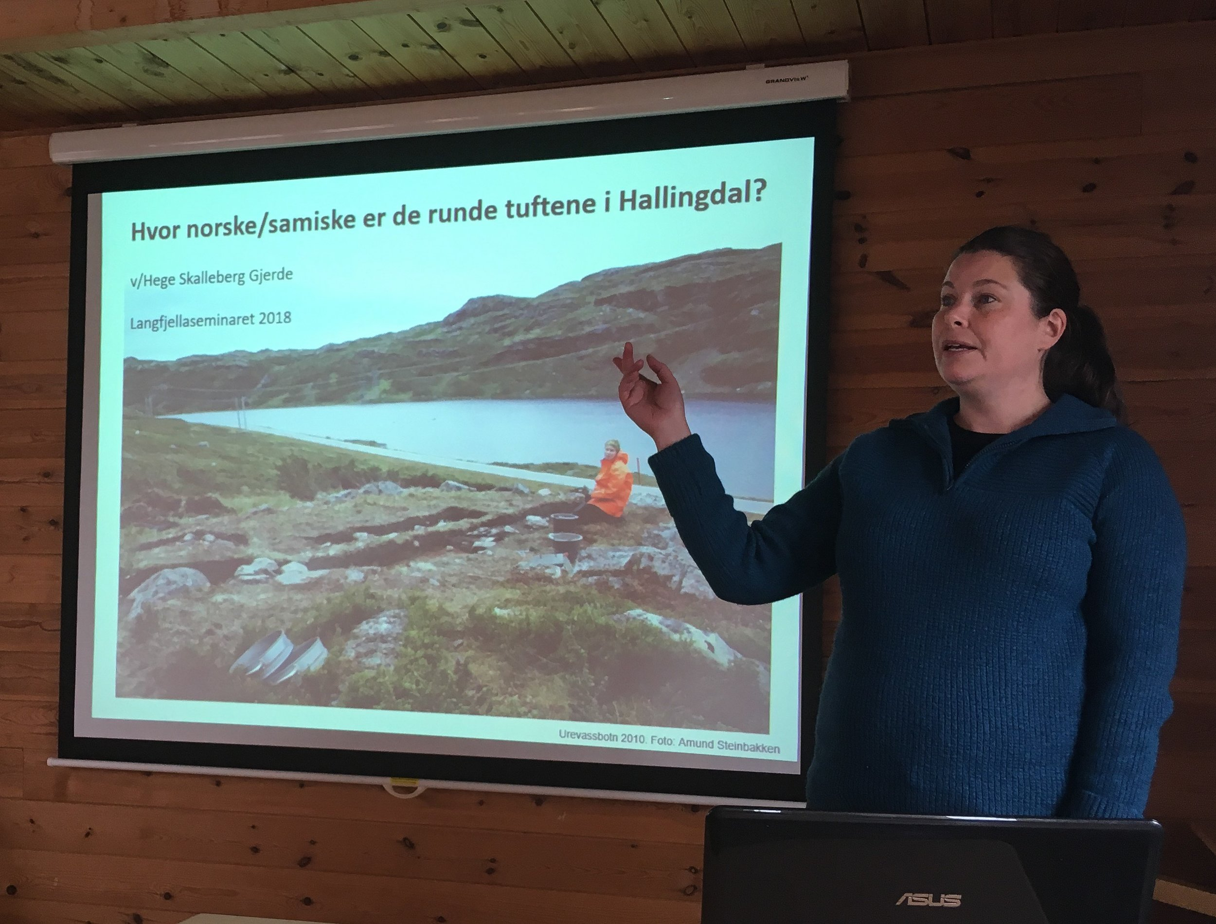 Arkeolog Hege Skalleberg Gjerde har forska på dei runde tuftene i Hol.