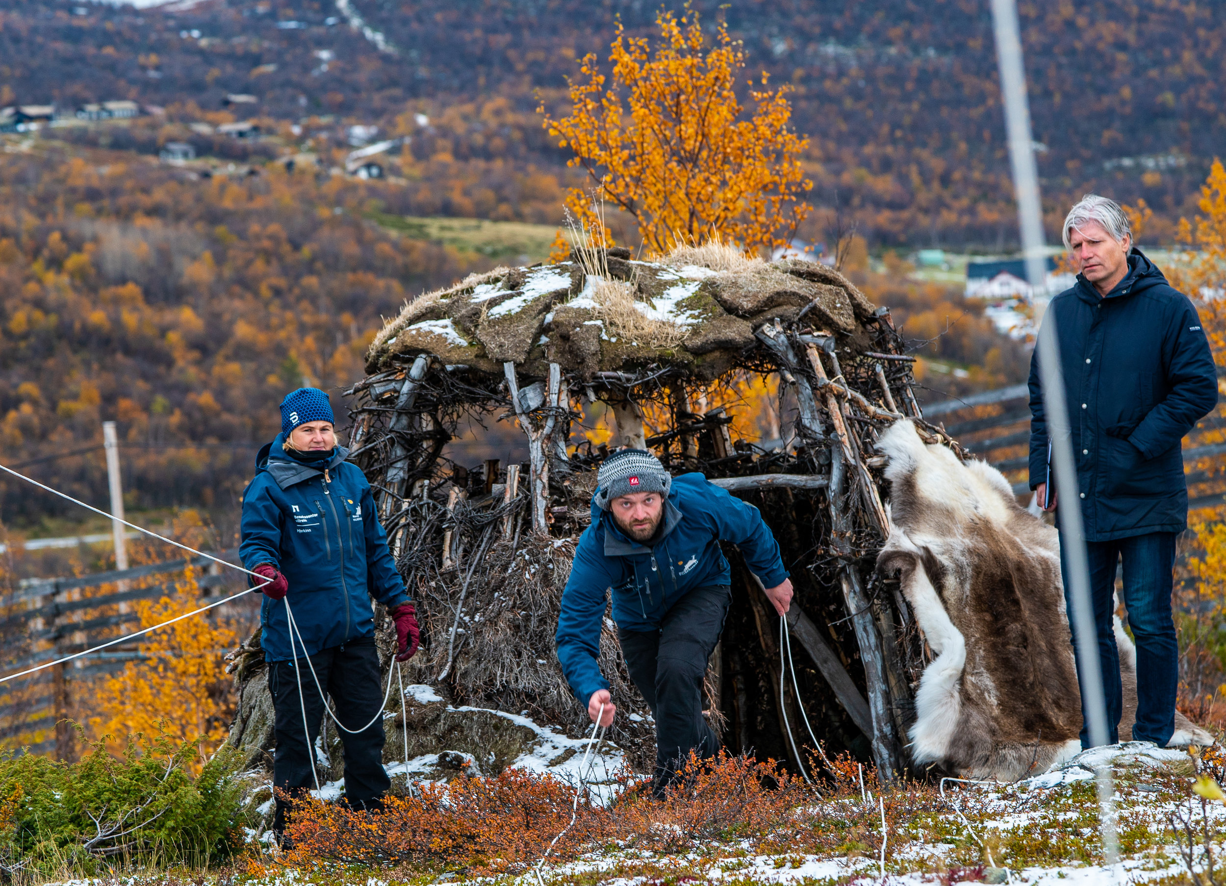 Naturvegleiarane Heidi Vognild (t.v.) og Are Endal Rognes demonstrerer falkefangst for klima- og miljøminister Ola Elvestuen (t.h.). Foto: Rebecca Nedregotten Strand