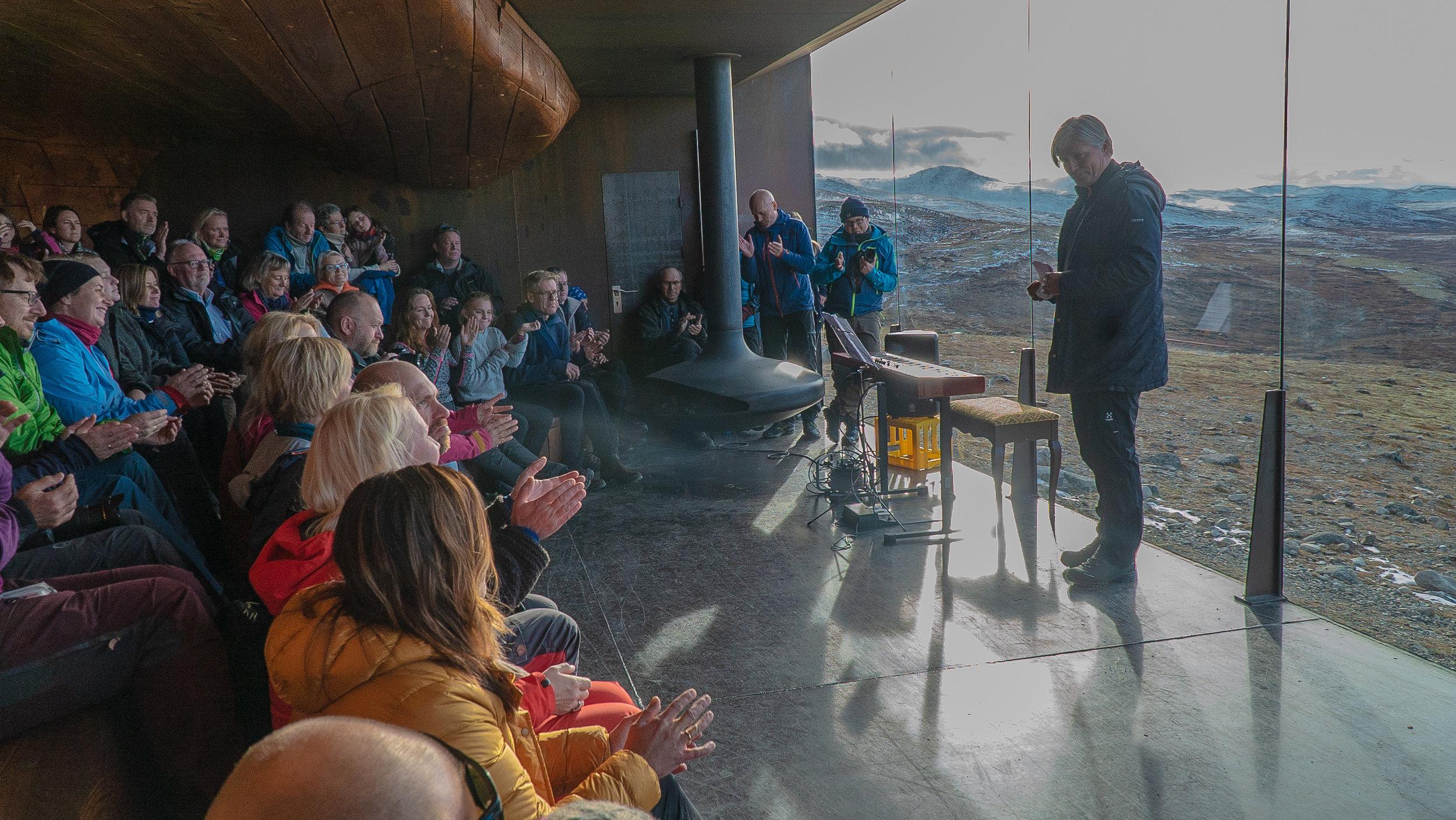viewpoint SNØHETTA fekk ein ny beundrar då klima- og miljøminister Ola Elvestuen markerte vern av tidlegare Hjerkinn skytefelt. Foto: Rebecca Nedregotten Strand.