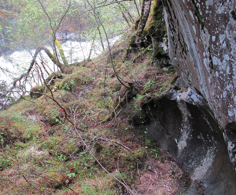 Ein audiovisuell lokalitet. Den uvanlege helleren med ristningar gjev gjenlyd til den larmende fosseduren. Foto: Kjell André Brevik, Borger & Vandringer
