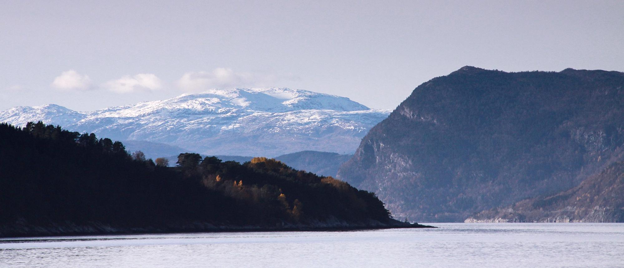 Frå fjorden mellom Utne og Kvanndal mot fjella mellom Hardanger og Voss. Foto: Kjell Bitustøyl