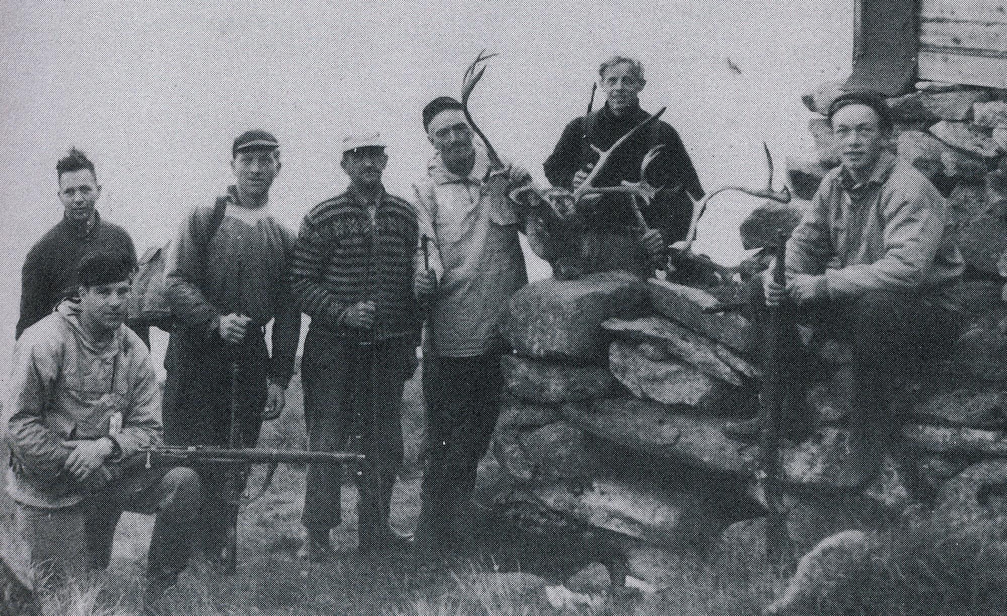 Jaktlag ved hytta Grøno i 1959, forfattaren av boka Aslak Himle lengst til høgre, han var 18 år den gongen. Illustrasjon frå boka