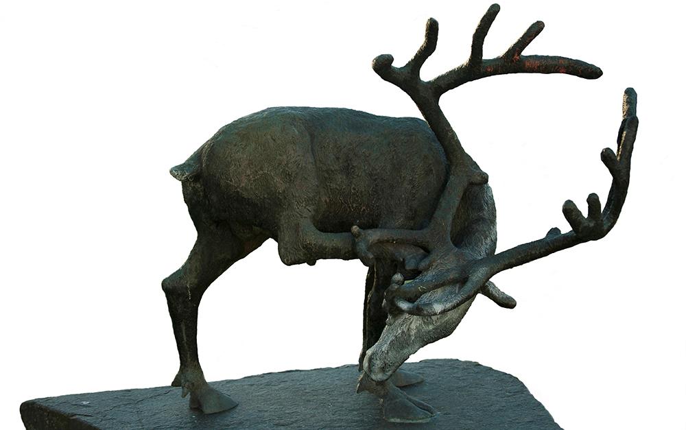 """Bronseskulpturen """"Reinsbukken"""" av Dyre Vaa ved Bø Gymnas i Bø. Frå 1955. Foto: Kjell Bitustøyl"""