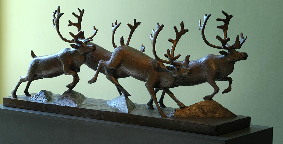 "Dette er eit utkast, ein liten skulptur, til ein Selvaag-skulptur, med tittel ""Fire reinsdyr på flukt"". Foto: Guro Waksvik"