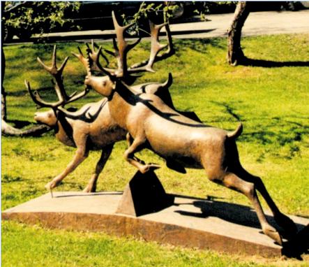"""Skulptur bygd på utkastet """"Fire reinsdyr på flukt"""", plassert ved bustadfeltet Fossum Terrasse i Eiksmarka i Bærum. Foto utlånt frå A/S Selvaagbygg"""