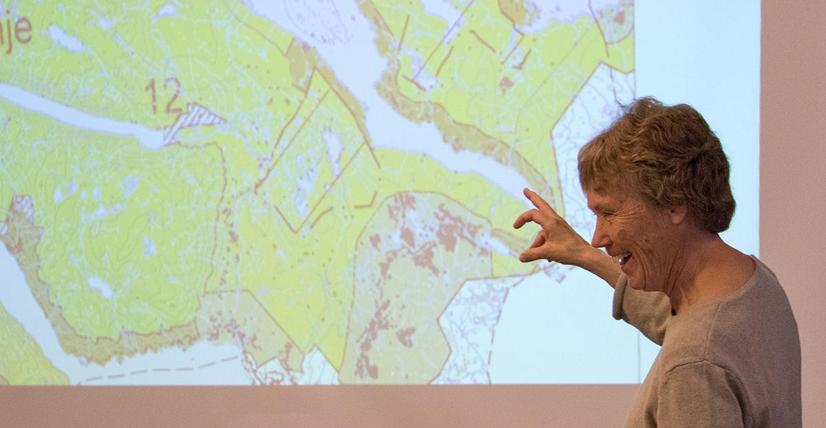 Prosjektleiar Ellen Korvald viste kor detaljert utkastet til nytt regionalplankart for Hardangervidda er. Foto: Kjell Bitustøyl