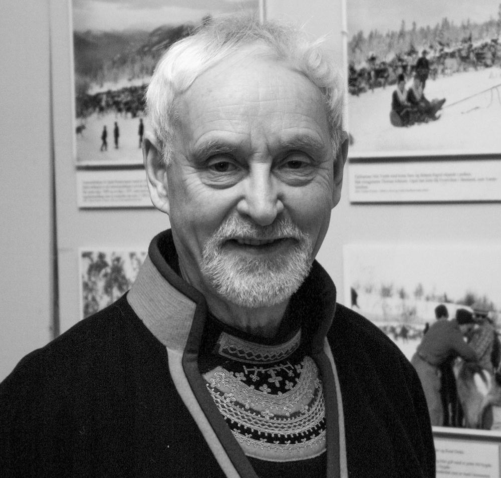 Sverre Fjellheim har skrive bøker om sørsamisk kultur og historie. Han var direktør for det sørsamiske museet Saemien Sijte i Snåsa i 10 år. Foto: Kjell Bitustøyl
