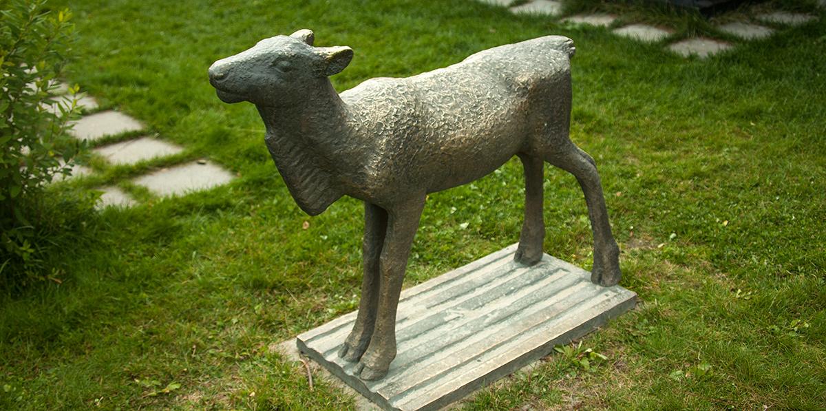 Reinskalv. Bronse.  Ein av Tor Vaa's mest omtykte skulpturar, denne er frå Rauland barnehage. Foto: Kjell Bitustøyl