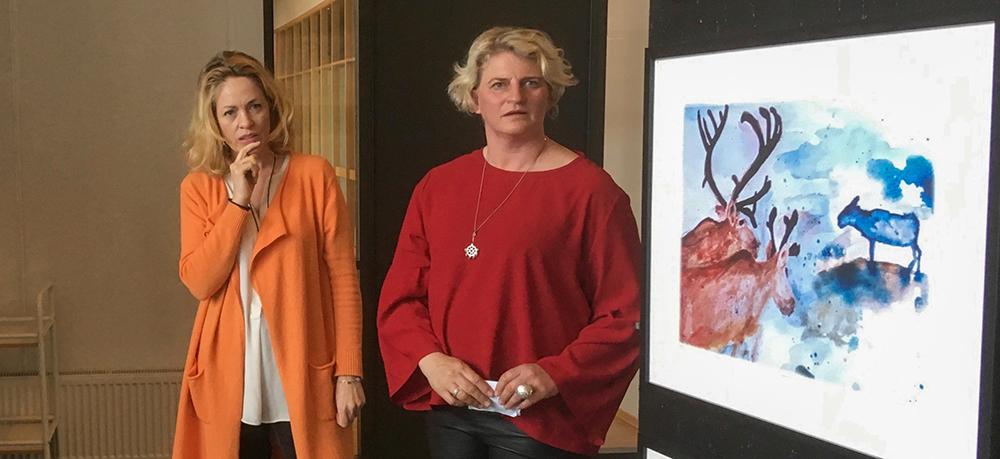 Frå fyrste utstillinga Fjellreinskulen hadde på Hovden i Bykle vinteren 2019, Tove Hertzberg (t.v.) og Ragnhild Bjåen. Foto: Kjell Bitustøyl