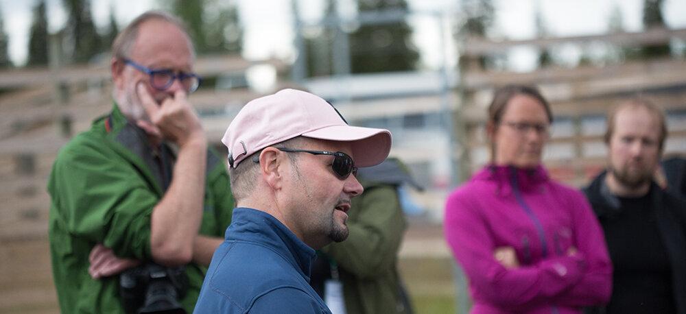 """Deltakarane på AUC-konferansen fekk møte den samiske reindrifta i samband med ei utflukt til Laponia - verdsarvstaden som ligg i kommunane Jokkmokk og Gällivare. Mikael Kuhmunen, """"ordförande"""" i Sirges sameby i Jokkmokk, fortalde levande om både gleder, sorger og utfordringar knytt til reindrifta i dag. Sirges er Sveriges største sameby og har hatt og har store utfordringar med omsyn til storstilt vasskraftutbygging, skogsdrift m.m. Foto: Kjell Bitustøyl"""