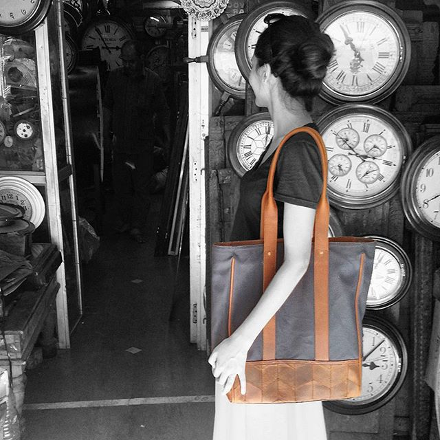Looking around for #time with the #trmtab x @skinnyvin #tote on our side. Exploring #vintageclocks in #chorbazaar