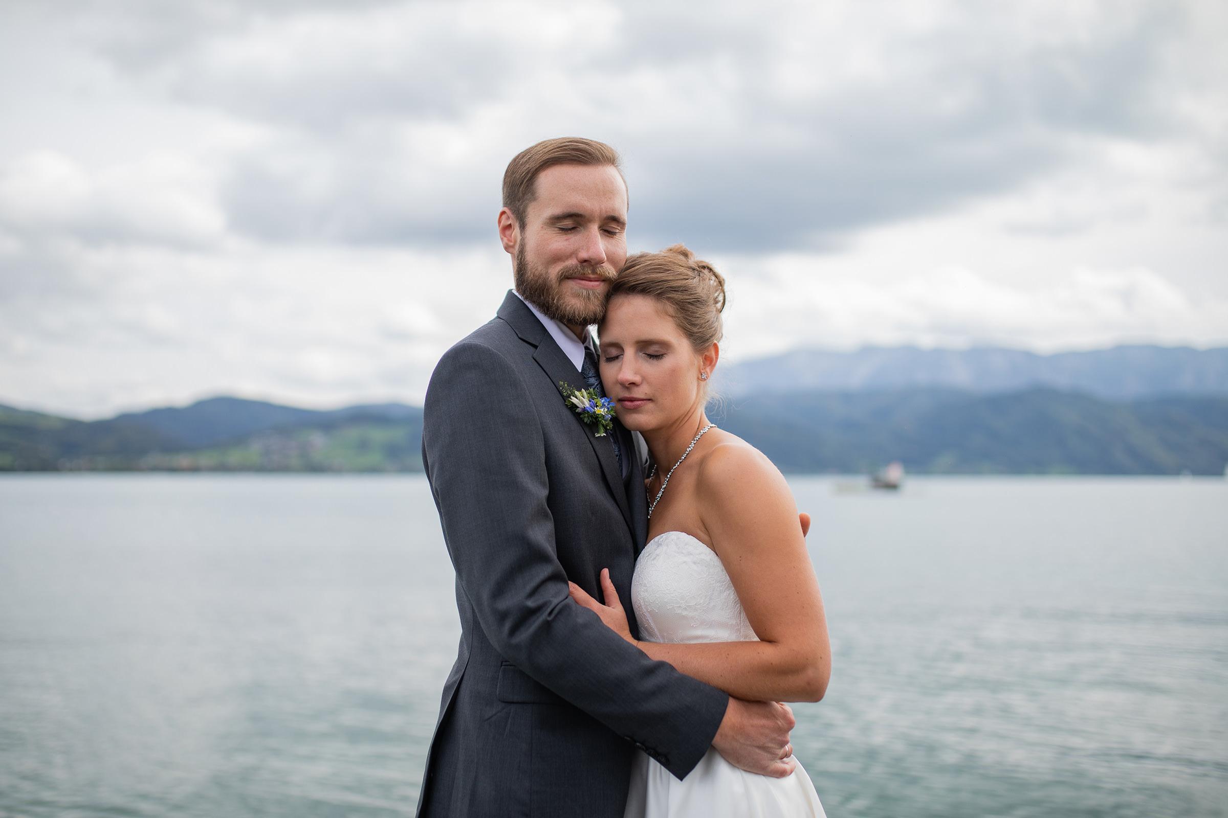 Paar Attersee Hochzeit See Umarmung