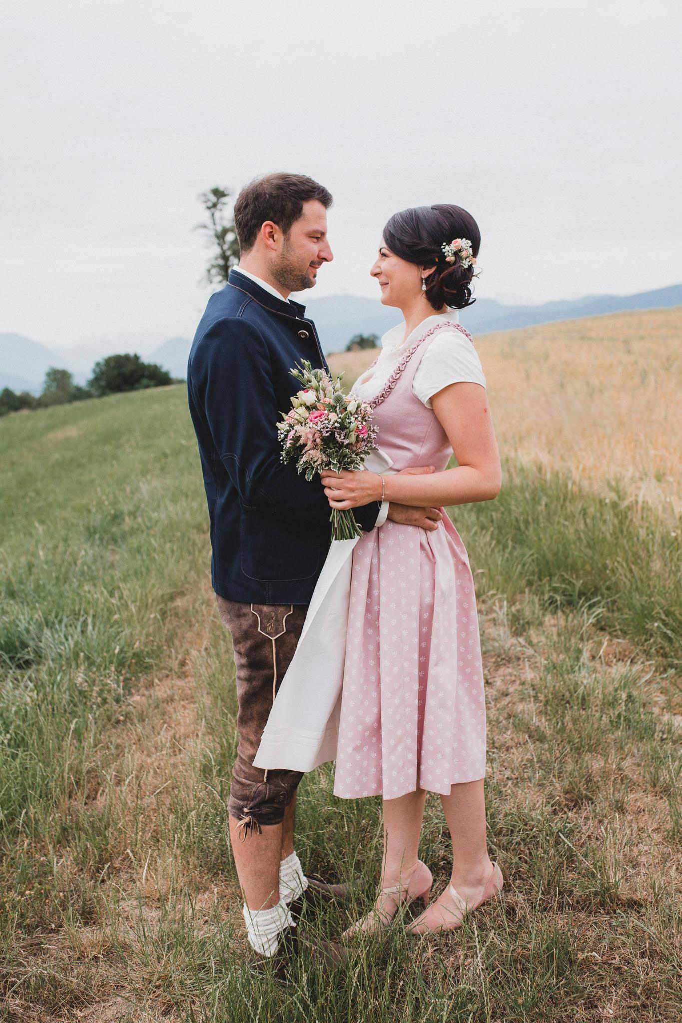 Brautpaar Feld Tracht Hochzeit