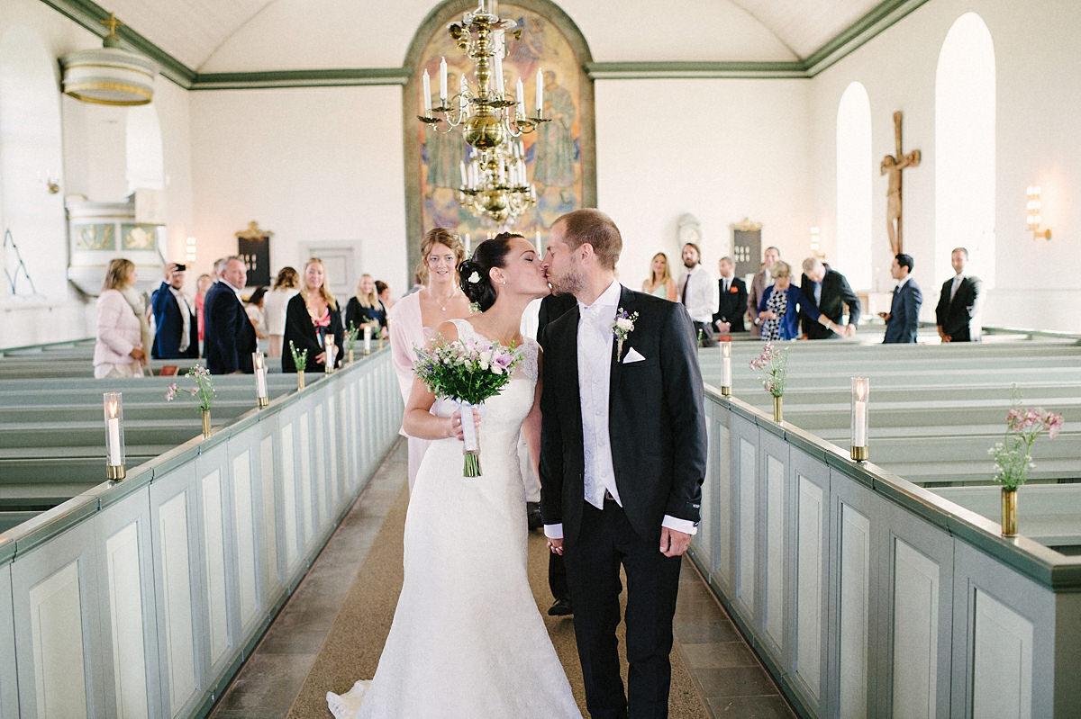 Paret lämnar kyrkan