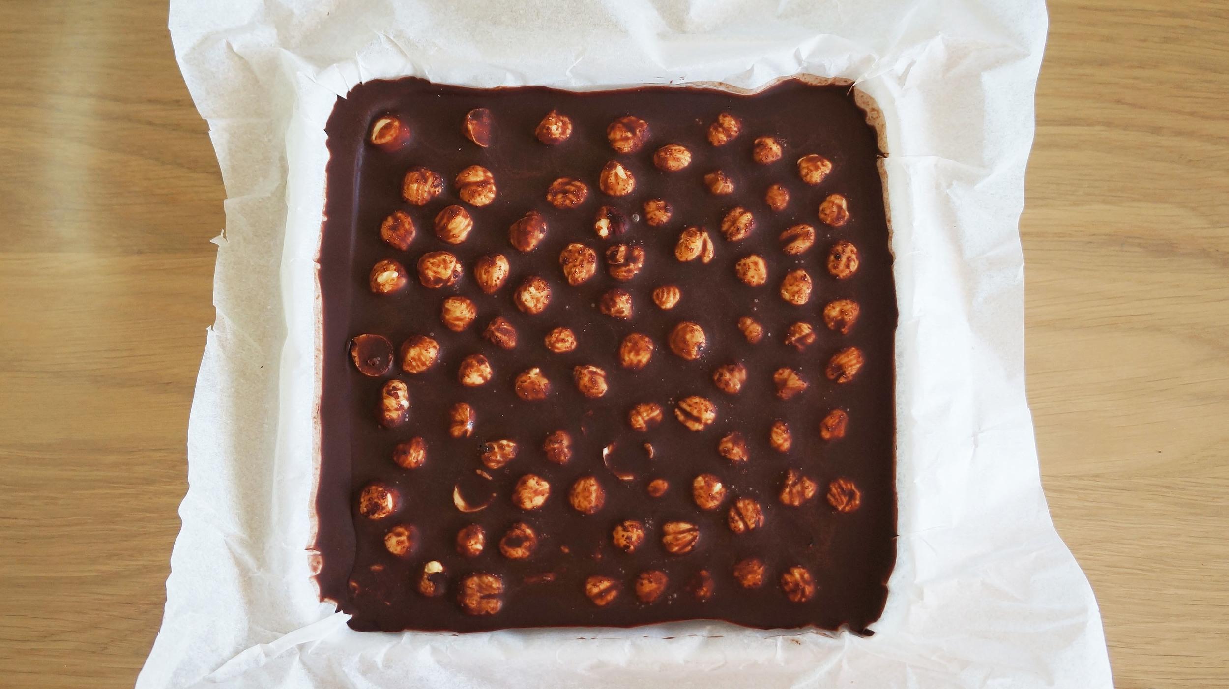 Pueden vaciar la mezcla enun plato con un papel para hornear como basepara evitar que el chocolate se pegue