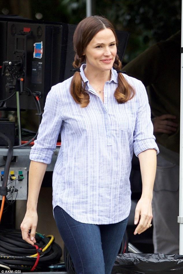 Jennifer on set... - ...looking lovely