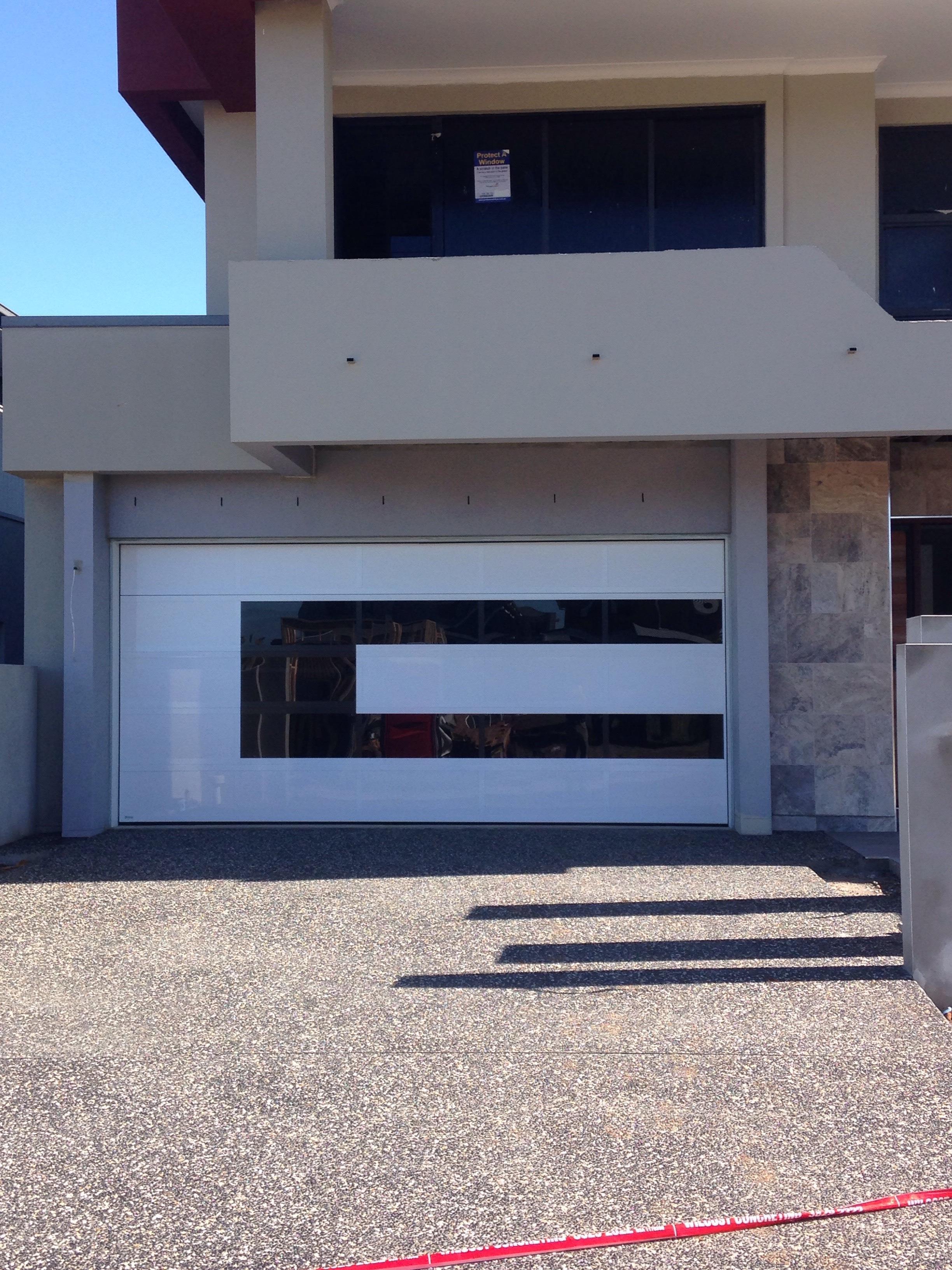 Gloss white & gloss black Alumicomp c-shape door