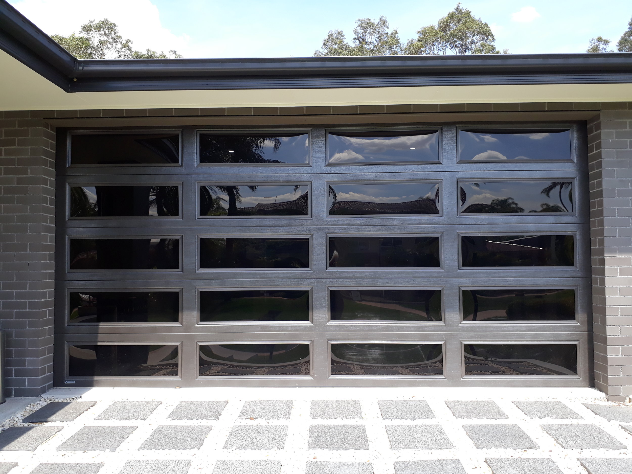 Colorbond hampton sectional DOOR full window treatment. (CLICK ON IMAGE TO ENLARGE)