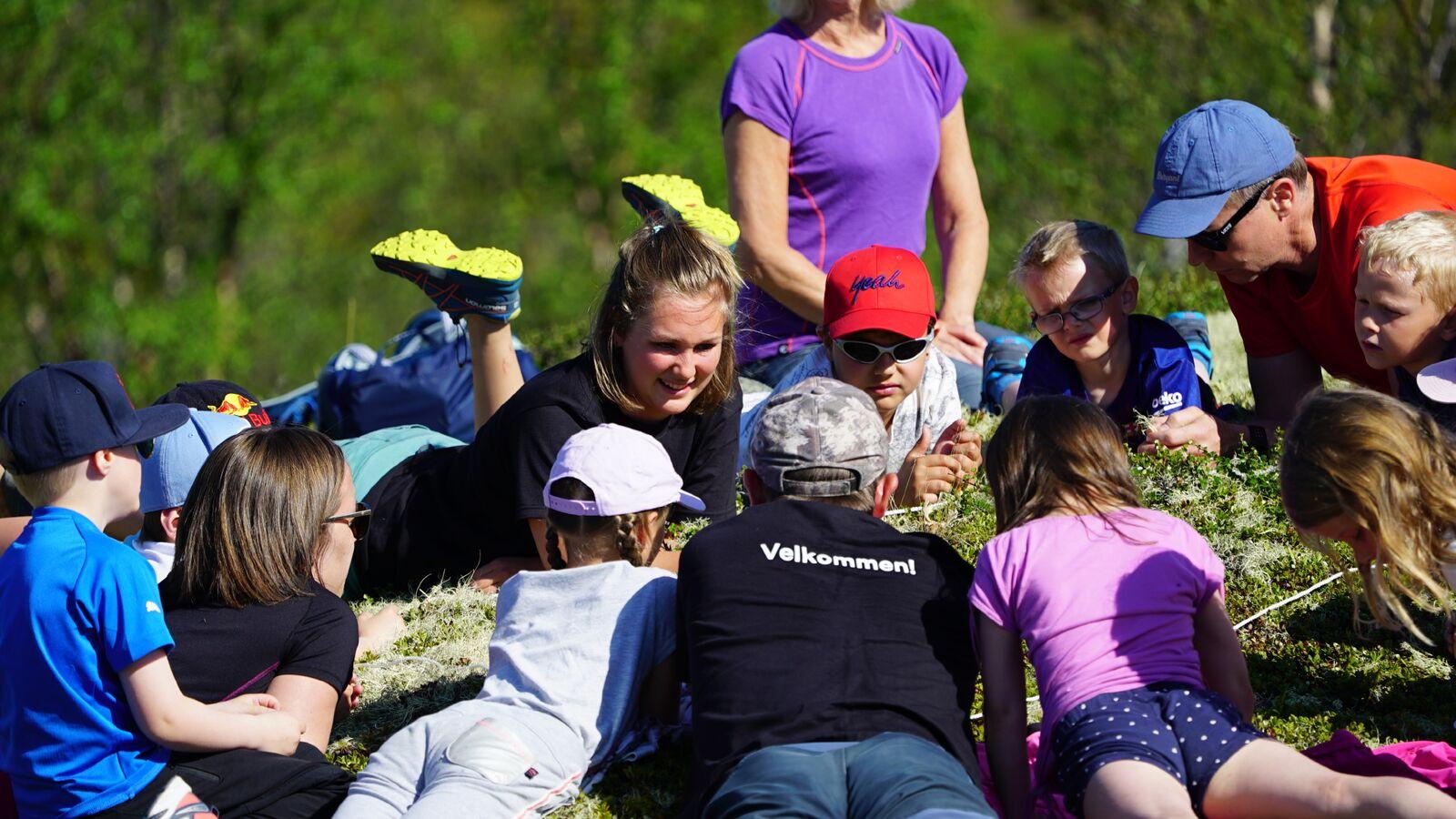 En skoleklasse er på tur med naturveilederne fra Norsk Villreinsenter Nord. Tema er Villrein og arealbruk. Foto: Rebecca Nedregotten Strand