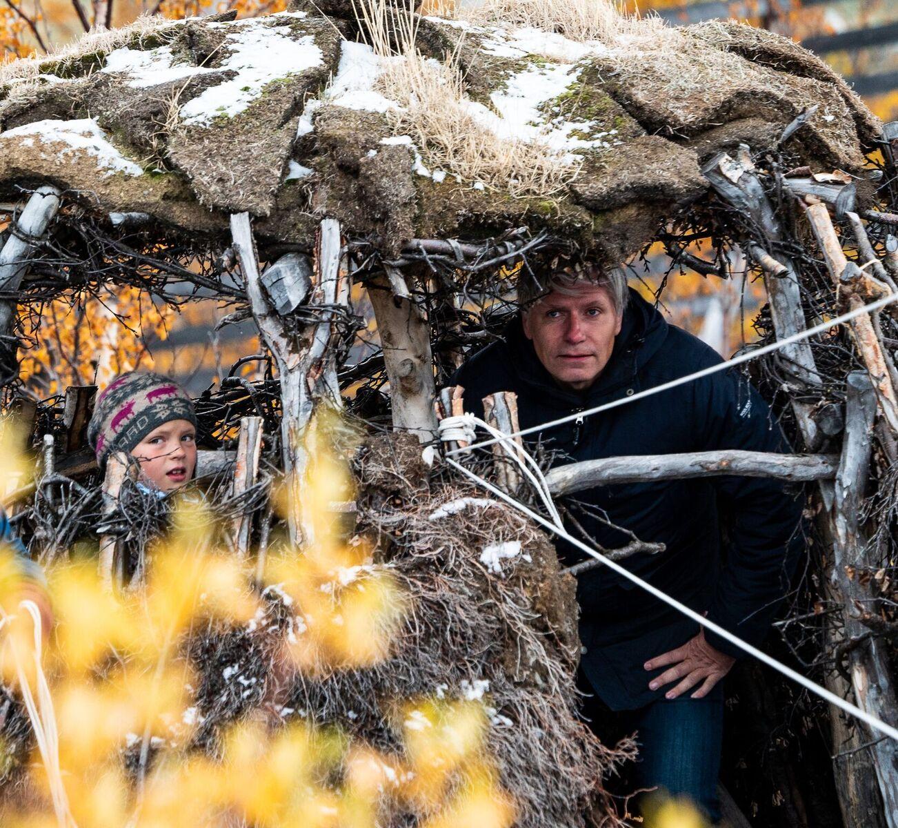 Her ventes det på falken i fangstminneparken.  Foto: Rebecca Nedregotten Strand