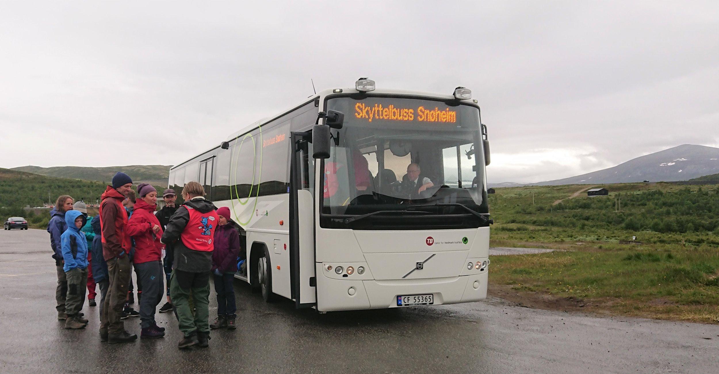 Snøheimbussen har avgang på tunet ved Norsk villreinsenter på Hjerkinn. Foto: Norsk villreinsenter.