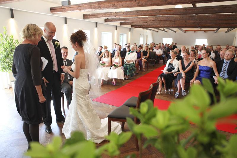 Maria og Sørens bryllupsceremoni på Skovriderkroen i Charlottenlund. Photo: Mark Thyrring
