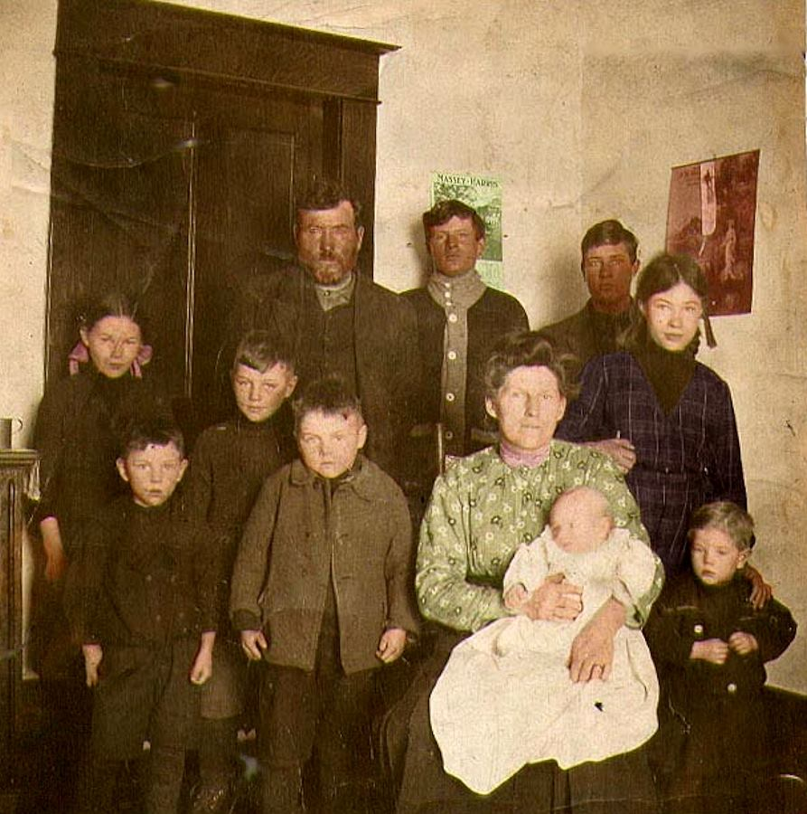 Irish through and through, Charles Barrons and Delilah Mumby with their children circa 1910. The children of Charles and DililahareRoss, Demin, Effie, Joe, Jim, Harry, Murray, Milda, Stewart, Olive and Clifford. Only nine are shown and I do know if the list is by age or random.