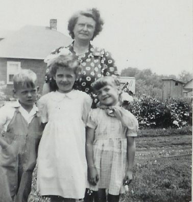 1949 Wayne, Sandra, Esther,Diane Belanger(Neighbour) at 11 Main St.
