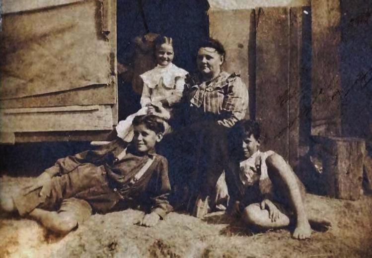 Mary Ellen Dempsey 1858 Belleville-1940 Sumner, Washington), with children Joseph, Donald and Madeleine