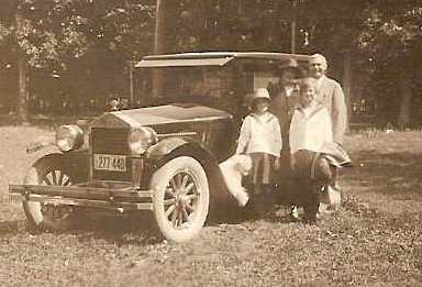 Clarence & Jennie gladney with daughters, jean and lib