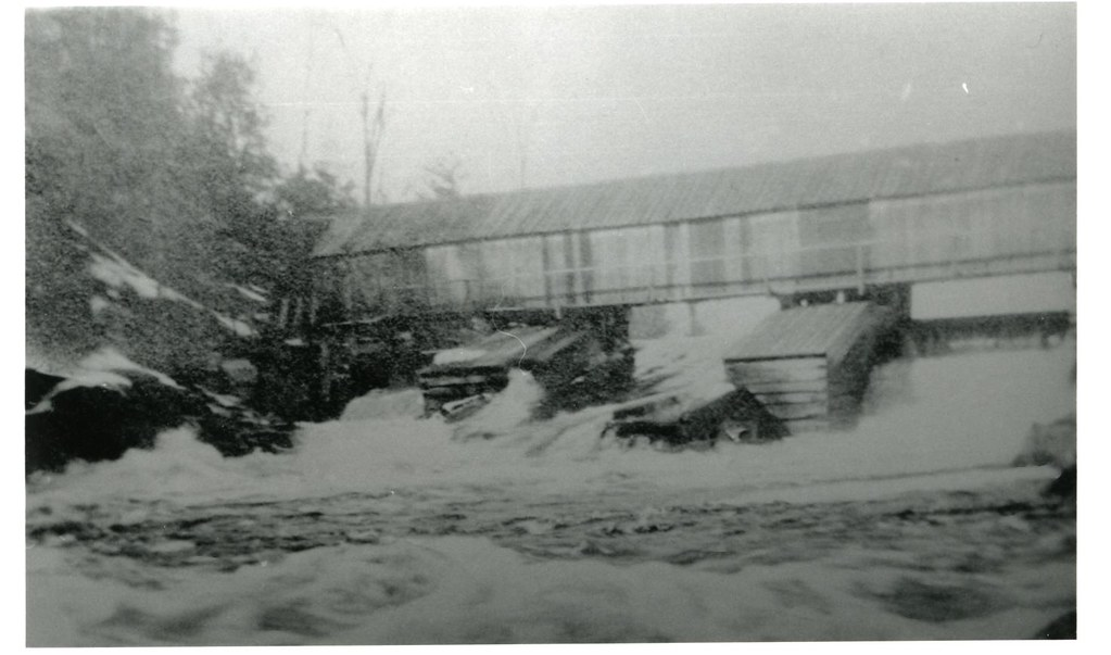 Crowe River dam and covered bridge.jpg
