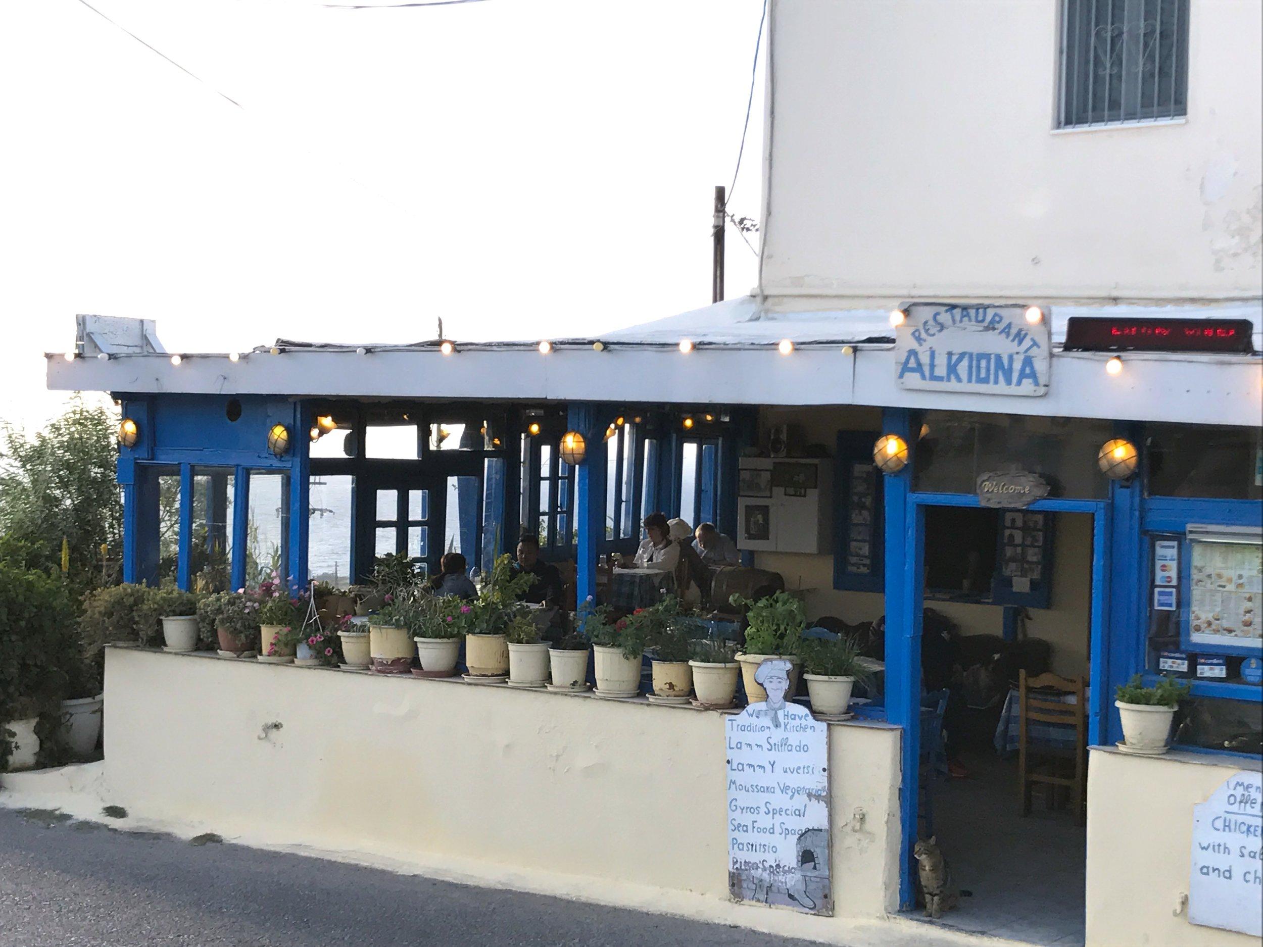 Un petit restaurant à quelques rues du centre d'Oia
