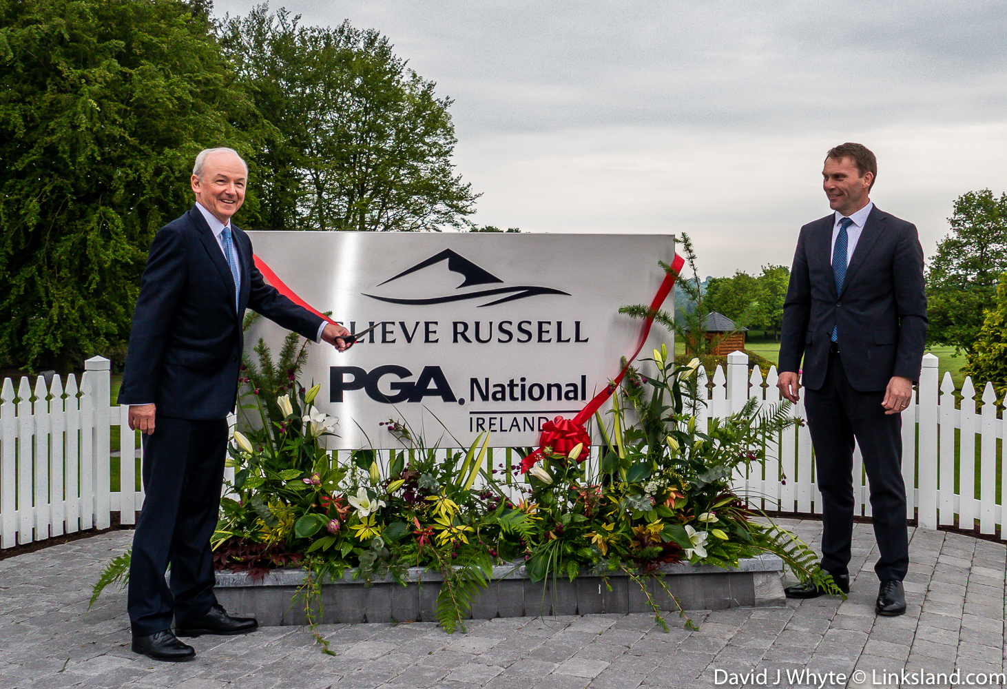 Tony unveils the new plaque at PGA National Slieve Russell