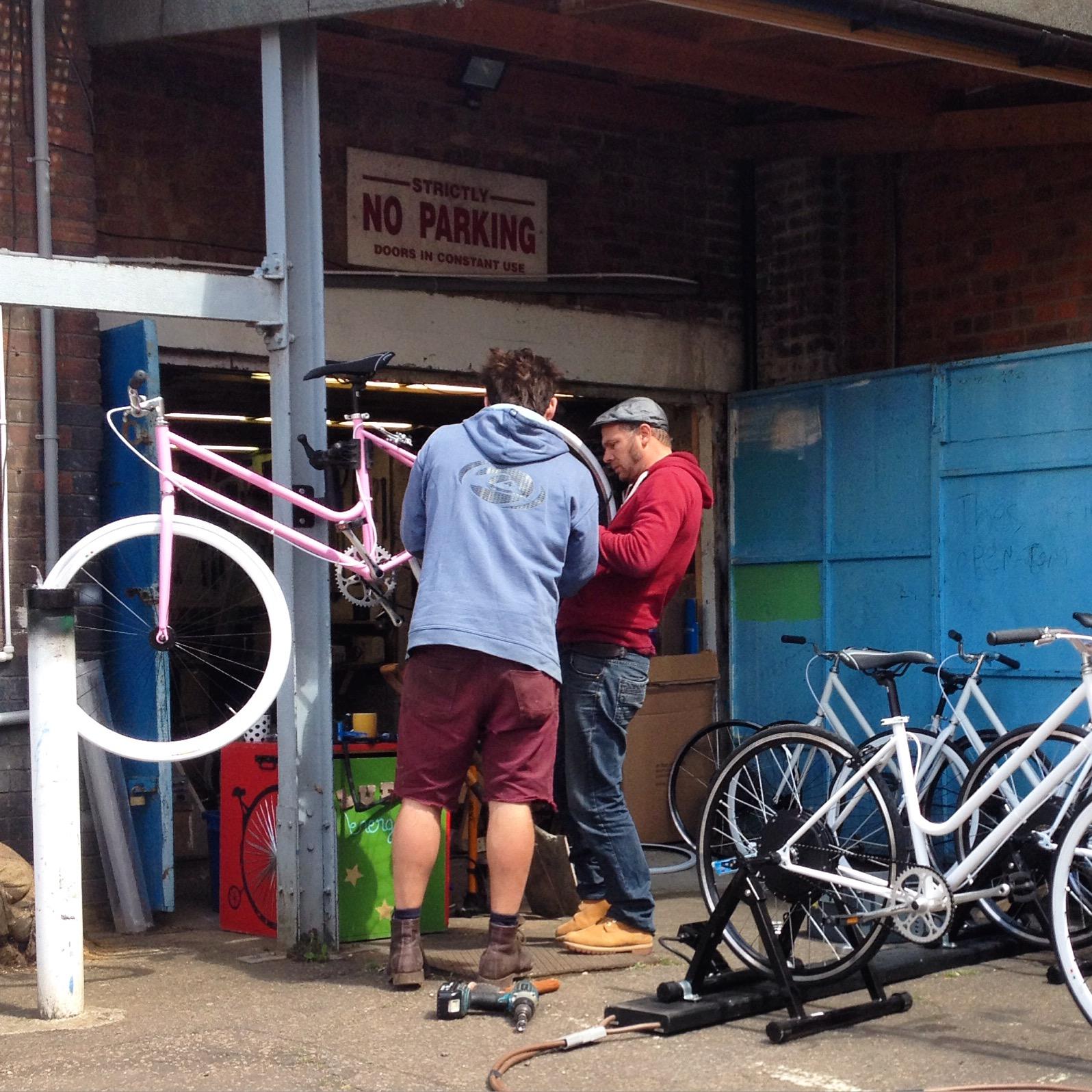 Fixing our  Hub Motor Generators  to Ludik Énergie's bikes © Electric Pedals