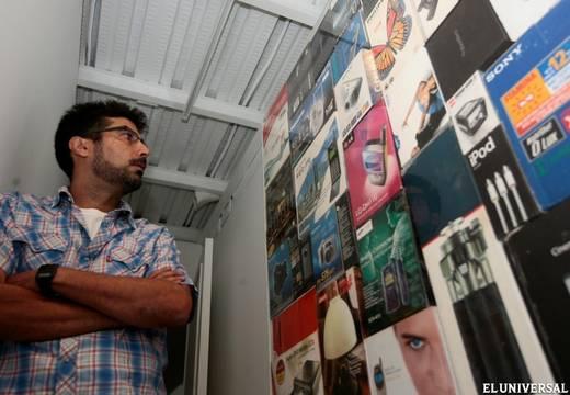Luis Molina-Pantin apreciando una de sus obras.